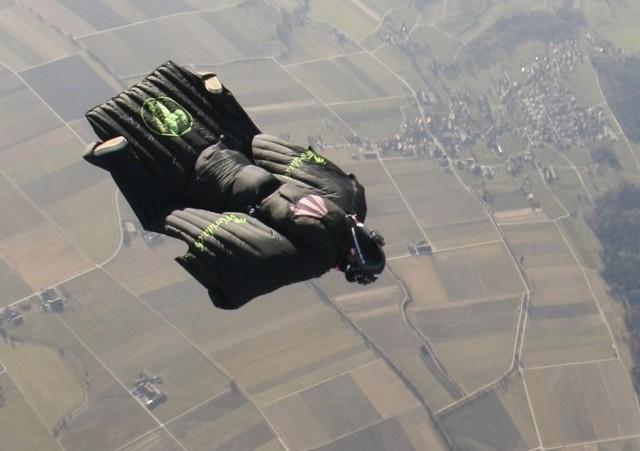 Rocznie ginie ok. 20 osób zajmujących się skokami w  stroju wingsuit