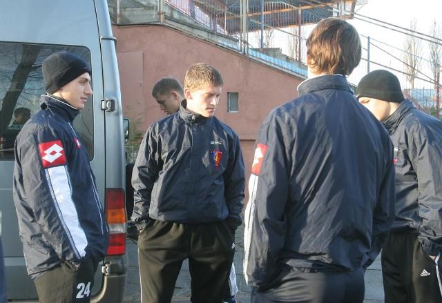 Piłkarze Pogoni czekają w pełnej gotowości na trenera Panika. Od lewej Piotr Celeban, Dawid Chwałek, Dawid Kamrowski (tyłem) i Arkadiusz Miehle.