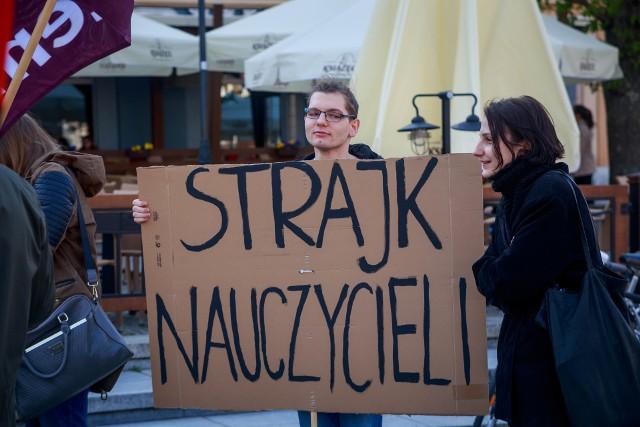Nauczyciele rozpoczynają akcję protestacyjną. Tak wyglądała manifestacja poparcia dla strajkujących nauczycieli, która odbyła się 23 kwietnia 2019 roku