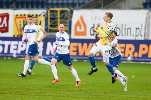 Suwalczanie (na biało-niebiesko) ograniczyli swoje szanse na bezpośredni awans do I ligi