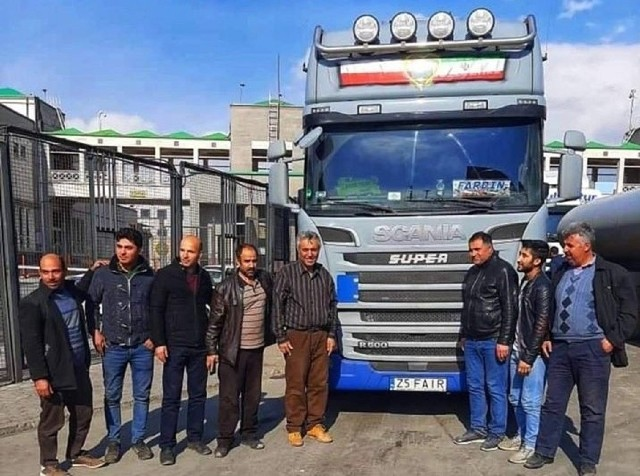 Fardin Kazemi, irański kierowca, którego historię opisujemy na naszych łamach, w ubiegłym tygodniu nareszcie dotarł nową ciężarówką marki scania do Iranu. Ta część historii Irańczyka ma już pozytywny finał, ale organizatorzy akcji pomocy nie zamierzają jej kończyć, a do rozwiązania została m.in. sprawa naprawy starej ciężarówki.