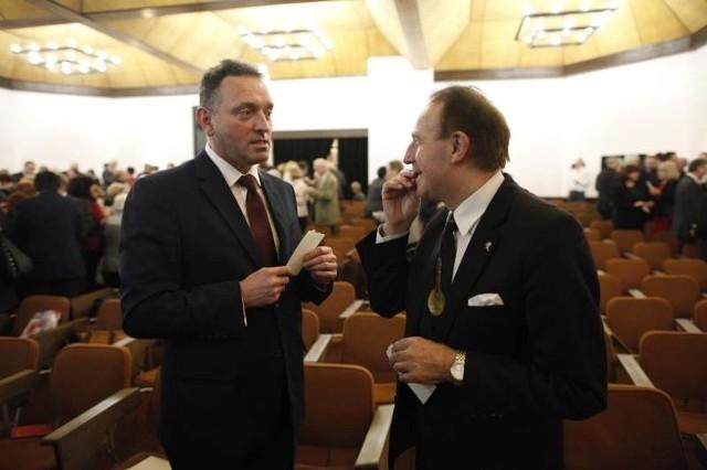 Profesorowie Marek Tukiendorf i Stanisław Nicieja, rektorzy PO i UO, życzyli wiele dobra sobie nawzajem i swoim uczelniom.