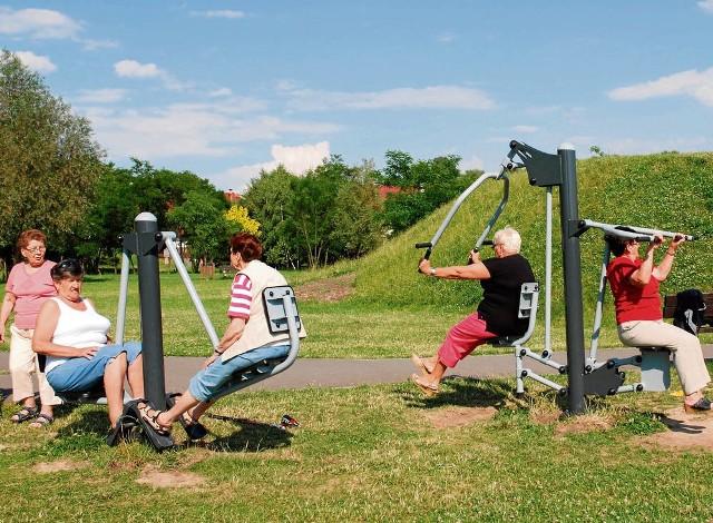 """Seniorzy z Zielonek chętnie spotykają się na siłowni """"pod chmurką"""""""