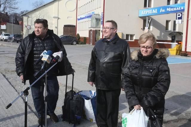 Pani Wiesława Szpila opuszcza łańcucki szpital w towarzystwie męża. W środku Łukasz Wais, prezes Centrum Medycznego w Łańcucie.