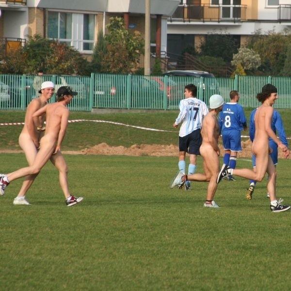 Mężczyźni przez cztery minuty biegali po boisku, uniemożliwiając piłkarzom kontynuowanie gry