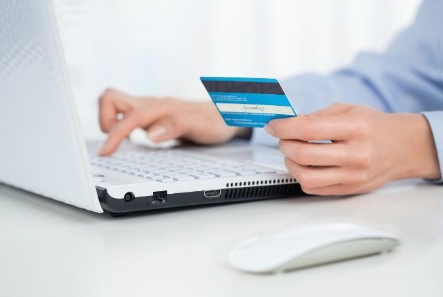 Kobieta podała swoje dane, także do karty płatniczej.