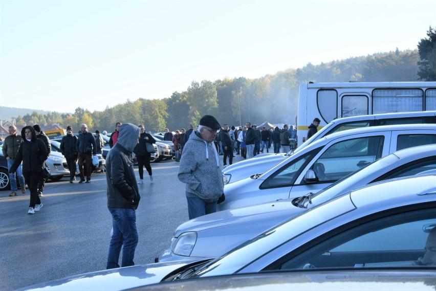 Całkiem sporo samochodów oferowano na giełdzie w Miedzianej...