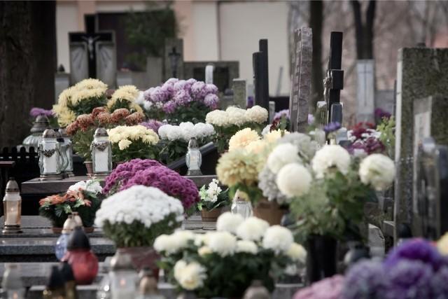 W sklepach oraz w supermarketach wkłady, znicze i sztuczne kwiaty można kupić już od początku miesiąca. Z kolei u handlowców przy cmentarzach kulminacja zakupów trwa właśnie teraz. Znicze i kwiaty będzie można też kupić 1 listopada w dniu Wszystkich Świętych.Zobacz w naszej galerii, jakie są ceny kwiatów i zniczów ->