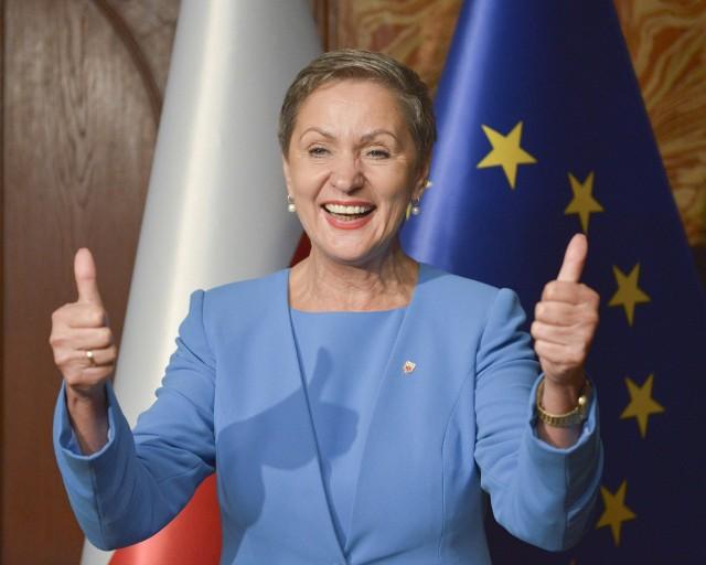 Zobowiązań pieniężnych, kredytów i pożyczek brak. Ubiegłoroczne wynagrodzenie prezydent Słupska to 168 567 zł. W tej puli znajduje się nagroda jubileuszowa za 40 lat pracy. Dodatkowo jest też emerytura (39 tys zł).
