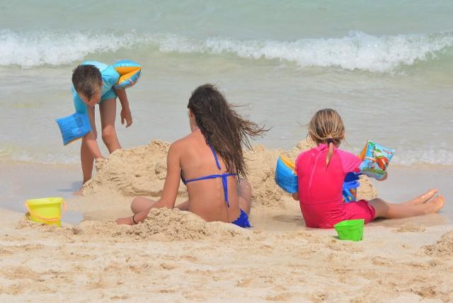 Wakacje to czas odpoczynku zarówno dla rodziców, jak i dzieci. Każde dziecko uwielbia wodę i piach, ale czy to wystarczy, aby się nie nudzić?