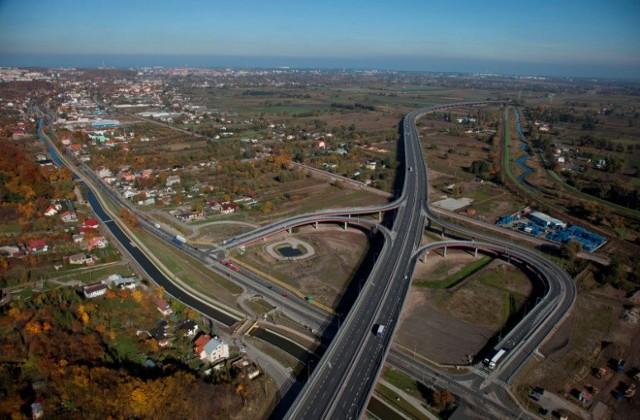 Trasa S7 zapewni przejazd wzdłuż kraju od Tatr do Bałtyku. Trwają prace związane z dokończeniem brakujących odcinków drogi, m.in. w Małopolsce i rejonie Krakowa