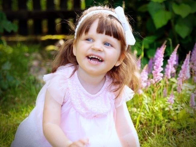 Dziewczynka cierpi na zespół Retta, który powoduje postępującą niepełnosprawność ruchową i mocno ogranicza możliwości komunikowania się ze światem. Rodzice Zosi zbierają pieniądze na specjalistyczne urządzenie, które pomoże jej utrzymać pionową pozycję ciała