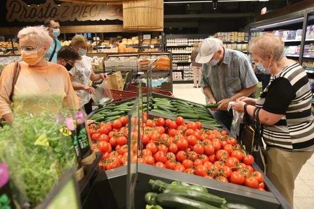 Sklepy otwarte w niedziele. Lista sklepów otwartych w niedziele pomimo zakazu handlu stale się wydłuża. Do długiej listy, na której znajdują się już między innymi Biedronka, Carrefour, Żabka i Polomarket dołączają kolejne placówki handlowe. Które sklepy w Polsce są otwarte w niedziele objęte zakazem handlu? Zobacz na kolejnych slajdach >>>>>