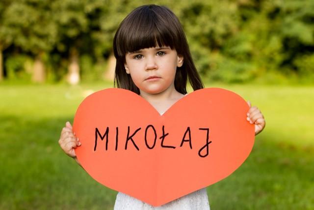 Maja nie może doczekać się narodzin brata. Jej rodzice, Marta i Maciej, boją się tego dnia.