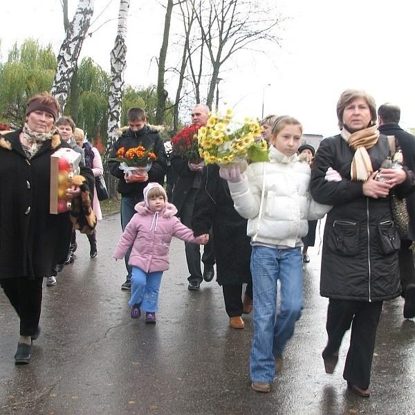 Od rana na cmentarze przybywały całe rodziny