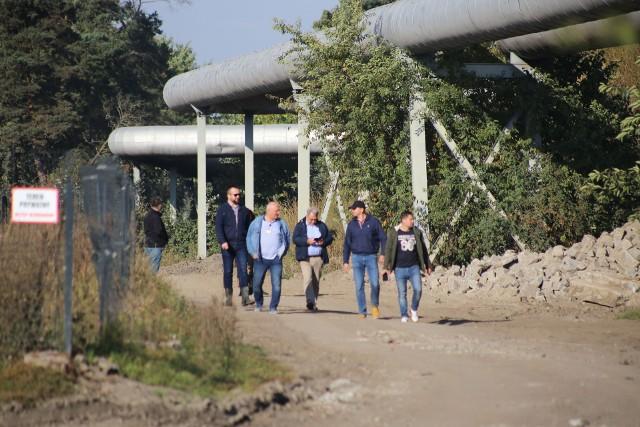 Komisja gospodarcza rady miejskiej z Siechnic odwiedziła działki, na których rosną hałdy ziemi i gruzu.