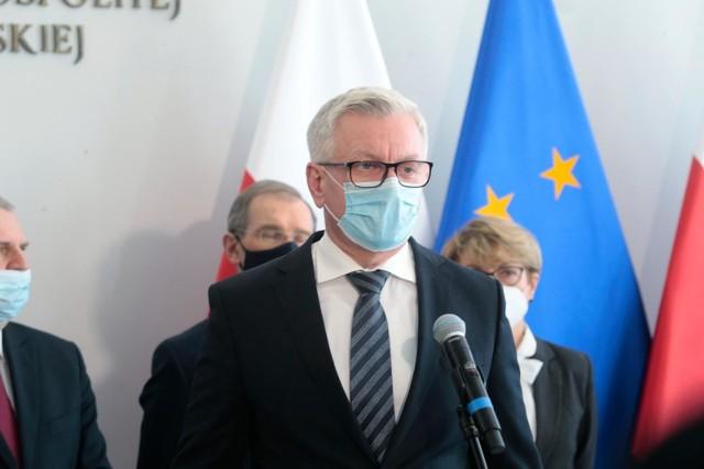 """- Rok 2020 minął w cieniu walki z koronawirusem. To był czas bardzo trudnych decyzji, które musieliśmy podejmować, chcąc utrzymać zaplanowane inwestycje – powiedział podczas gali """"Perły samorządu"""", która odbyła się online Jacek Jaśkowiak, prezydent Poznania.  -  Równocześnie, pandemia ukazała wielką solidarność lokalnych wspólnot, uwalniając u ludzi ogromne pokłady dobra. Wsparcie dla szpitala, czy DPS-ów, płynące od mieszkańców i mieszkanek Poznania oraz lokalnych przedsiębiorców, pozwoliło przetrwać najtrudniejsze pierwsze tygodnie, za co bardzo dziękuję."""