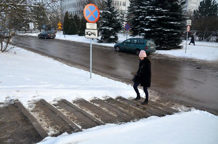 Schodki przy ul. Pielęgniarek. Kilka dni temu nie było się czego przytrzymać, od poniedziałku jest poręcz