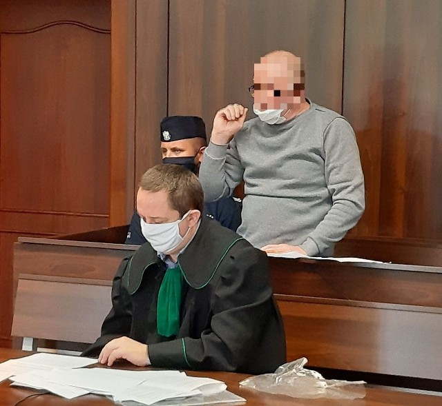 - Źle oceniłem odległość. Myślałem, że przez stół to ostrze go nie dosięgnie - przekonywał sąd Robert P. z Kędzierzyna-Koźla. - Psa nigdy nie zabiłem, a co dopiero człowieka. O lego losie zdecyduje Sąd Okręgowy w Opolu, przed którym dziś (8.07.2020) rozpoczął się proces. Oskarżony pokazywał składowi orzekającemu, w jaki sposób zadał cios.