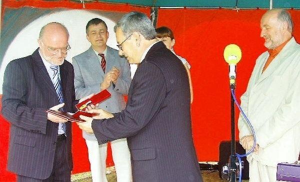 Prezes Hydrotoru Wacław Kropiński odebrał  odznakę dla zakładu z rąk marszałka  Waldemara Achramowicza