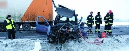 Kierowca tego peugeota nie miał szans w starciu z tirem. Był ostatnią, szesnastą, ofiarą wypadku w minionym roku w powiecie łomżyńskim.