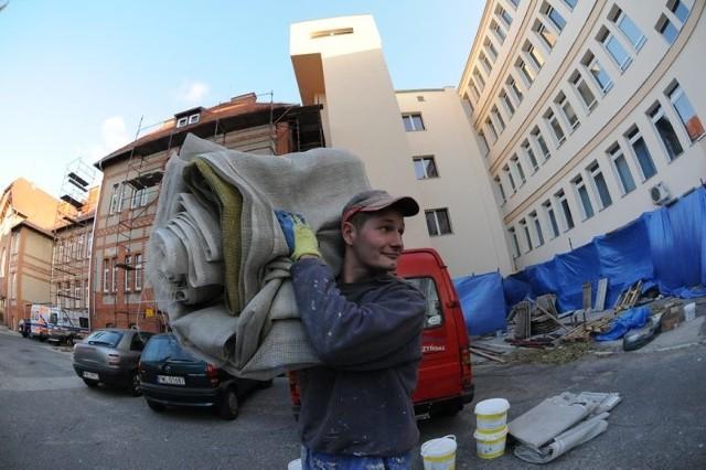 Radosław Mocek z ekipy ocieplającej szpital cieszy się, że prace już zostały zakończone; pora teraz na zwinięcie sprzętu i materiałów