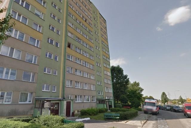 Mężczyzna wypadł z okna znajdującego się na 11. piętrze wieżowca na os. Jagiellońskim w Gnieźnie.
