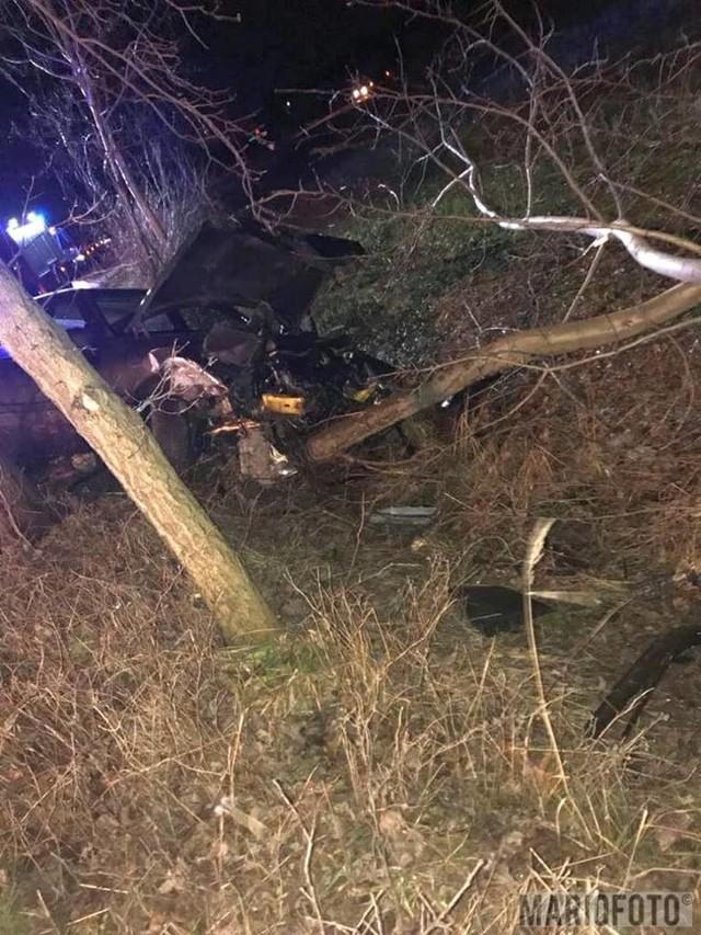 Do wypadku doszło około 23.30. Mężczyzna kierujący samochodem marki Mercedes, jadąc w stronę Dąbrowic, nie dostosował prędkości do warunków jazdy i wjechał do rowu.Jak informuje dyżurny KW PSP strażacy wydobyli z auta jedną osobę ranną, udzielili jej pierwszej pomocy i przekazali zespołowi ratownictwa medycznego. W akcji uczestniczyły cztery zastępy strażaków. - Kierowca, lat 28, był pod wpływem alkoholu, miał 0,98 miligrama w wydychanym powietrzu – mówi dyżurny Komendy Wojewódzkiej Policji w Opolu. Zobacz też: Opolskie Info