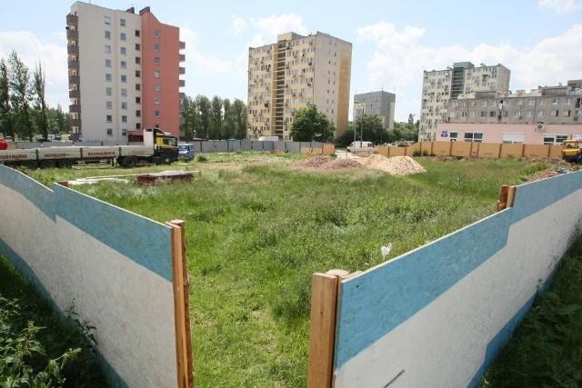 Plac budowy wieżowca Jagiellońska Point został już ogrodzony, za półtora roku będzie tam budynek z 92 mieszkaniami. Fot. Dawid Łukasik