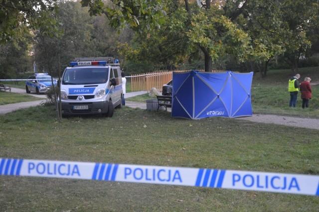 Do zdarzenia doszło w sobotę po południu w centrum miasta, na terenie położonym koło bełchatowskiego muzeum. Ze wstępnych ustaleń policji wynika, że 38-letni mężczyzna został kilkukrotnie ugodzony nożem w okolice serca.Reanimacja, którą przeprowadzili na miejscu ratownicy medyczni niestety nie powiodła się. Czytaj dalej na kolejnych slajdach