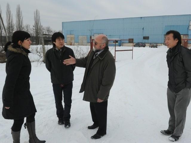 Przedstawiciele koreańskiej firmy na terenie tułowickiego zakładu zimą tego roku. (fot. Paweł Stauffer/Archiwum)