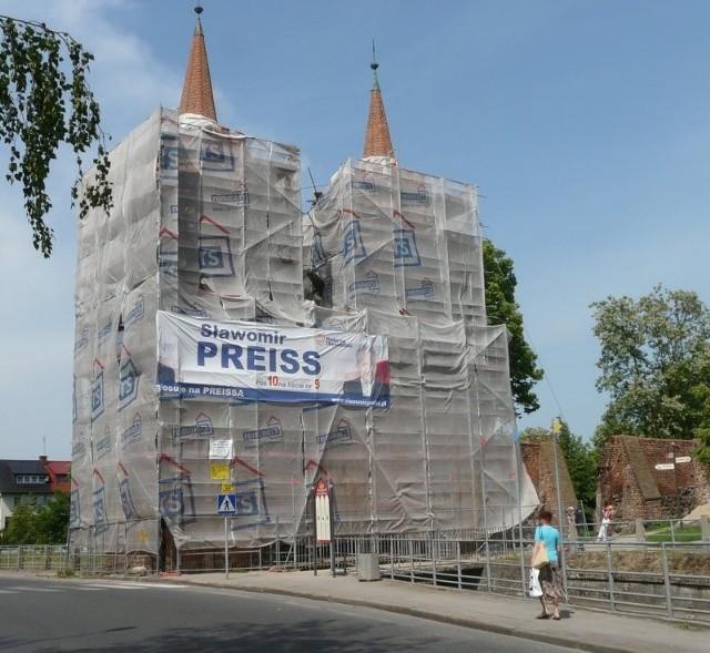 Brama Młyńska jest właśnie remontowana. Sztab wyborczy reprezentanta PO uznał, że to dobra okazja do wywieszenia tam reklamy swojego kandydata.