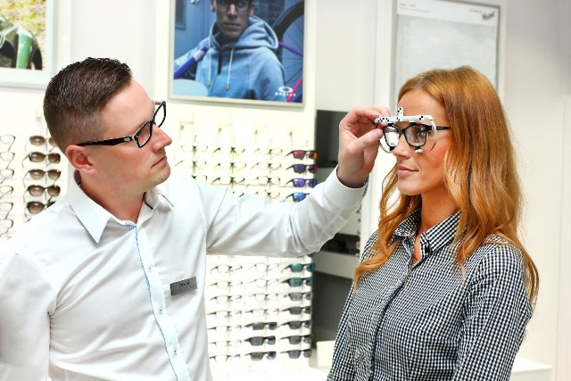 W dobrych salonach okulary progresywne pomagają dobrać eksperci, zwykle optometryści.