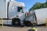 Śmiertelny wypadek w Mogilnie. W zderzeniu busa z ciężarówką zginął 35-letni mężczyzna