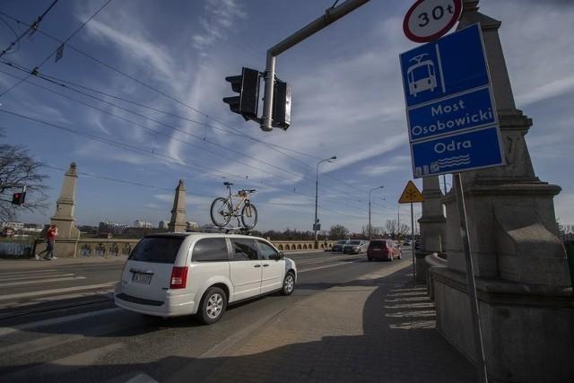 Wybrana latem ubiegłego roku PBW Inżynieria z Wrocławia przygotowała kilka wariantów przebudowy mostów Osobowickich tak, aby pogodzić interesy kierowców, rowerzystów, pieszych, a także poprawić warunki dla autobusów i tramwajów. Wykonawca miał też zaproponować wariant zakładający schowanie rury ciepłowniczej w konstrukcji przeprawy. Przypomnijmy, przetargom ogłaszanym Przez Wrocławskie Inwestycje na wybór projektanta przebudowy towarzyszyły protesty radnych opozycji oraz mieszkańców północnych osiedli Wrocławia. Chodziło przede wszystkim o planowanym znaczącym zwężenia jezdni na moście, tak, by znalazło się tam miejsce na dwukierunkową drogę rowerową. Na pasie w kierunku centrum dopuszczony miał być ruch autobusowy na torowisku, a z centrum - jeden pas miał być przeznaczony tylko dla samochodów, a na drugim miało znaleźć się wbudowane torowisko, po którym miały jeździć autobusy i samochody.Ostatecznie przygotowano cztery warianty przebudowy mostów Osobowickich. We wszystkich wariantach wlot ulicy Na Polance został przeprojektowany tak, aby zwiększyć wygodę i bezpieczeństwo ruchu pieszych i rowerzystów. Poza tym przejazd dla rowerów na ul. Bałtyckiej (w odniesieniu do przejścia dla pieszych) ma być przesunięty do środka skrzyżowania. Na północno-wschodnim narożniku skrzyżowania planuje się przełożenie kostki chodnikowej, by dopasować jej ułożenie do proponowanych zmian. Miasto ogłosiło właśnie konsultacje społeczne w trakcie których można zgłaszać swoje uwagi do zaproponowanych wariantów. O konsultacjach piszemy na końcu, a na kolejnych slajdach prezentujemy kolejne zaproponowane projekty przebudowy mostów Osobowickich wraz z ich opisem.
