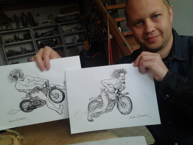 Artur Wochniak w swej pracowni z projektami żużlowych Bachusików. To jego propozycje na figurkę. Jak wam się podobają?