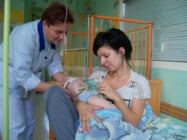 Dagmara Wach wraz z synkiem i siostrą oddziałową Bożeną Badorą. – Opieka na oddziale jest bardzo dobra – chwali mama dziecka. – Dojazdy do Nysy byłyby dla wielu rodziców bardzo trudne.
