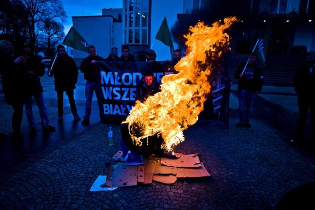 Młodzież Wszechpolska w Białymstoku spaliła kukłę kanclerz Niemiec -  Angeli Merkel