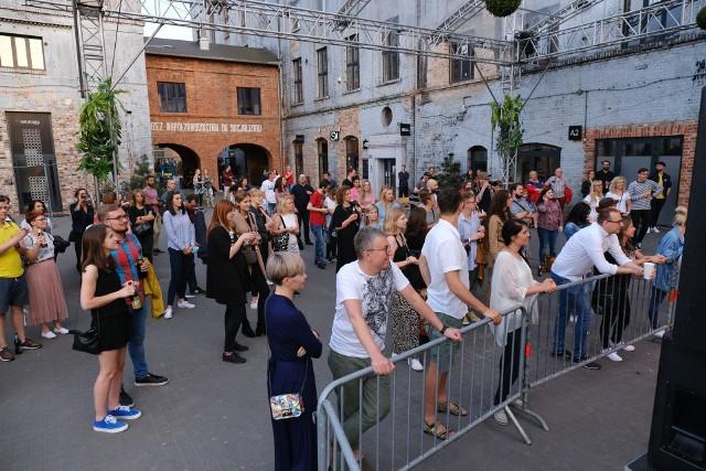 Mikromusic wystąpił na koncercie plenerowym na dziedzińcu Fabryki Porcelany w Katowicach w czwartek 25 czerwca 2020 r. Zobacz kolejne zdjęcia. Przesuwaj zdjęcia w prawo - naciśnij strzałkę lub przycisk NASTĘPNE