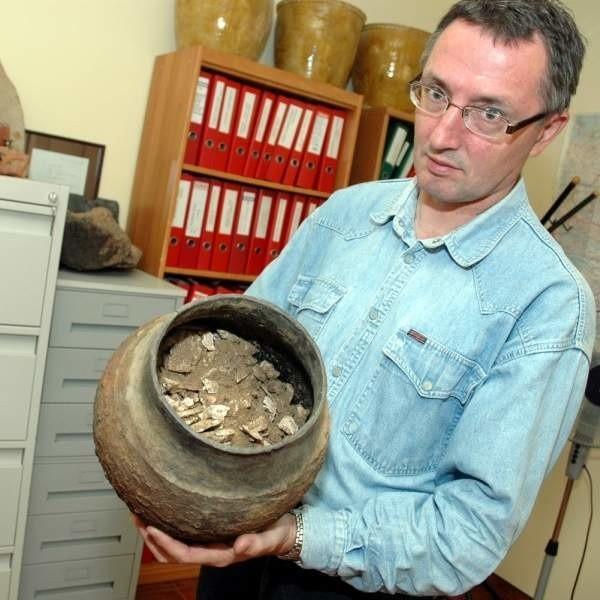 Doktor Marek Florek pokazuje popielnicę ze szczątkami ludzkimi, odnalezioną w Koprzywnicy.