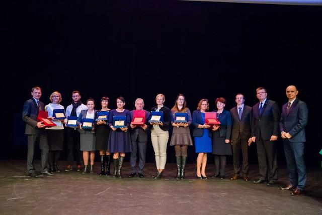 Nagrody laureatów  i wyróżnienia w konkursie Organizacja ucząca się 2016 odebrali przedstawiciele firm Aqua-Tech, Intertim z Suwałk, Tangram Care z Białegostoku, Komatrans z Kolna (w kategorii firmy mikro i małe), Danwood S.A. z Bielska Podlaskiego, Spółdzielczy Bank Rozwoju z Szepietowa, Pronar z Narwi  (w kategorii firmy średnie i duże), Przedsiębiorstwo Energetyki Cieplnej w Suwałkach, Szpital Wojewódzki w Suwałkach i Urząd Miasta Łomża (sektor publiczny). W towarzystwie Janiny Mironowicz, dyr. WUP Białystok, dr. Andrzeja Pawluczuka z Politechniki Białostockiej, Jerzego Leszczyńskiego, marszałka województwa i Jacka Romanowskiego, prezesa Wydawnictwa Polska Press O/Białystok.