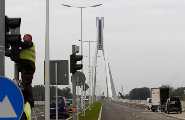 Otwarcie nowego mostu na Wisłoku w Rzeszowie odbędzie się w środę.