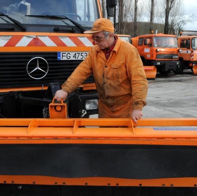 Wczoraj sprawdziliśmy, czy drogowcy są gotowi do zimy. W bazie przy Podmiejskiej czekały tony piachu z solą i pługo-piaskarki. Jeden z wozów będzie na pewno prowadził Mirosław Kargulewicz.