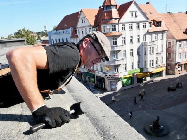 Krzysztof Dobrowolski naprawia dachy kamienic na deptaku. Z przerażeniem patrzy, jak śródmieście pustoszeje.