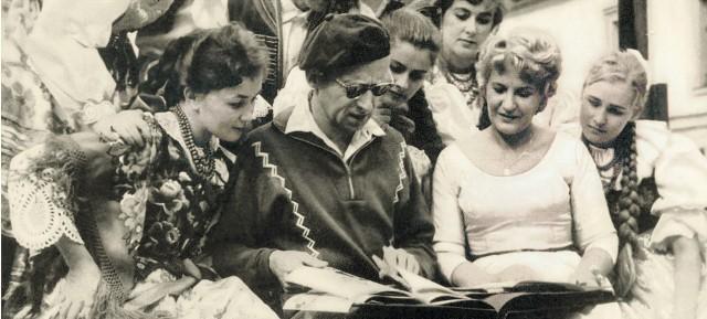 """Twórca Zespołu """"Śląsk"""" Stanisław Hadyna i choreograf Elwira Kamińska wraz z artystami w wirze codziennej pracy. Stworzyli ponadczasowy, autorski repertuar, który jest siłą Zespołu i jego przyszłością. Bez względu na to, jak atrakcyjne są także współczesne propozycje programowe """"Śląska"""", ta ludowa skarbnica od 1954 roku, pierwszego występu, ciągle wzrusza i cieszy"""
