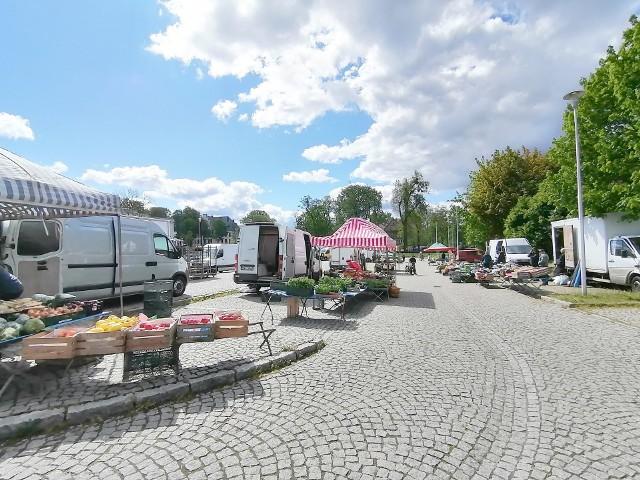Targ zielny w Lublińcu ponownie otwarty. Można tam kupić świeże warzywa, owoce, czy kwiaty. Zobacz kolejne zdjęcia. Przesuwaj zdjęcia w prawo - naciśnij strzałkę lub przycisk NASTĘPNE