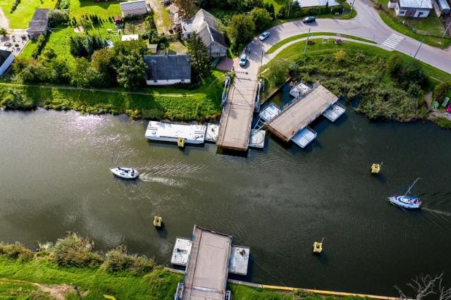 Rzeka Elbląg i most pontonowy w Nowakowie. To tędy będą pływać statki, które przejdą przez przekop Mierzei Wiślanej.