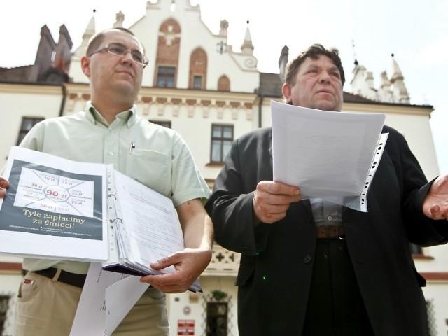 Ireneusz Dzieszko (z lewej) i były wiceprezydent miasta Wiesław Walat złożyli wczoraj swoje pytania w ratuszu.