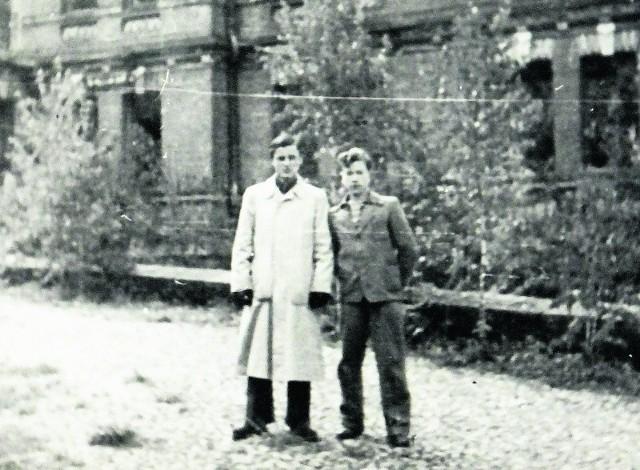 Lata 50.  Stoję (z prawej) z kolegą Jarkiem Dziemiańczukiem przy ruinach pałacu carskiego.  Zbudowany został w 1894 r. na polecenie cara Aleksandra III. W czasie II wojny światowej, gdy stacjonowali  tu Niemcy, wybuchł pożar i pałac uległ zniszczeniu.  W 1961 r. został rozebrany.