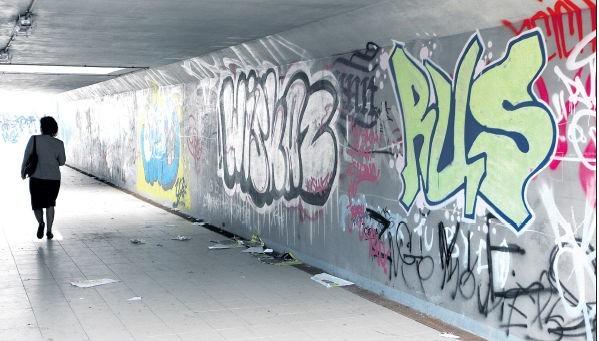 Podziemne przejście przy ulicy Wszystkich Świętych w Szczecinie nadal odraża wyglądem. Stało się publicznym szaletem dla okolicznych pijaczków.